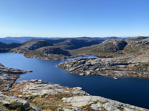Frå litt nedanfor toppen av Bergeheia mot Høgavatnet og bl.a. Bratteliknuten og Steinfjellet sentralt
