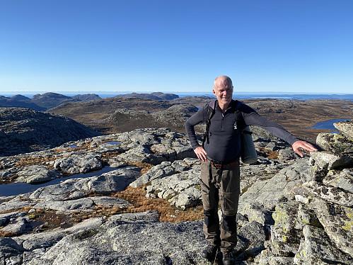 Svett og fornøgd på Krøysaheia! Dei næraste toppane er Lågahei og Venafjellet med Vardhusheia og Brogavassklubben like bak og Hildravatnet til høgre