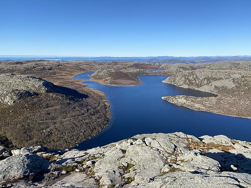 Førsteklasses utsikt over Krokavatnet frå eksponerte Krøysaheia