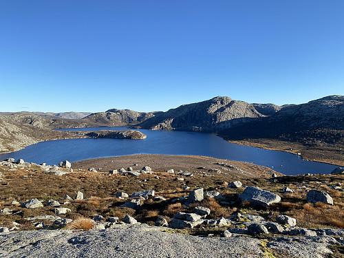 Frå den sistnevnte toppen mot Krokavatnet med Krøysaheia dominerande