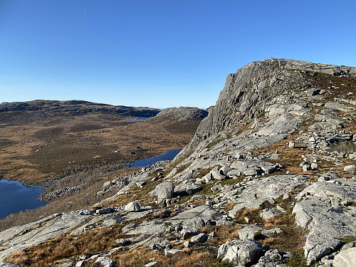 Mot vesttoppen på Venafjellet og ein flik av Skitlitjødna, Venavatnet og Brogavatnet