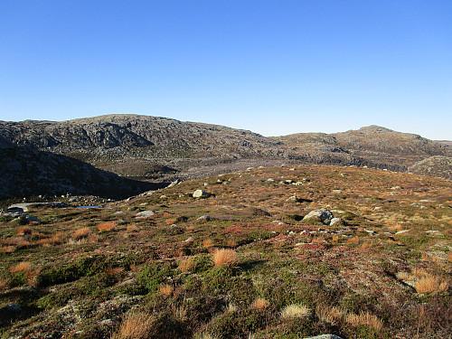 Me får utsikt mot Bergeheia og Krøysaheia bak dalføret Buene