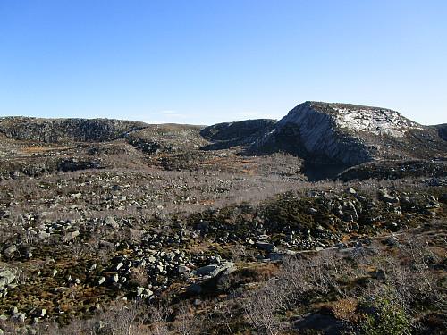 Frå same staden med tilbakeblikk mot Buene med topp 814 moh aust for Fisketjørnhommen
