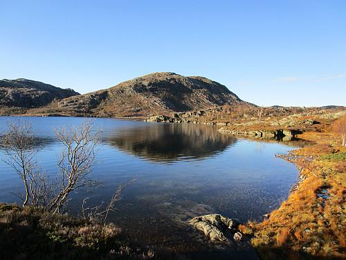 Ved vestenden av Kvednavatnet på veg mot Sunnmork med Hardhausen dominerande