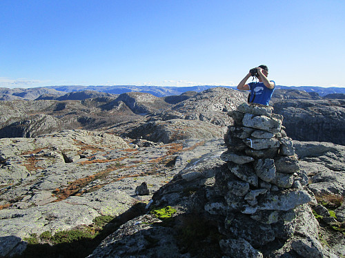 På Krøysaheia med tilbakeblikk mot bl.a. Bergeheia og topp 814 moh aust for Fisketjørnhommen
