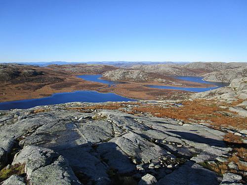 Frå vesttoppen på Venafjellet med utsikt over Vena-, Hildra- og Krokavatnet