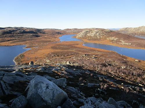Nedstigning frå Venafjellet med utsikt mot Straumane