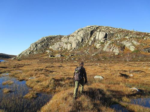 Me er akkurat komne tørrskodde over bekkeløpa frå Krokavatnet på veg mot topp 682 moh aust for Hildravatnet