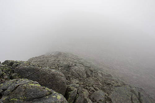 Bandet mellom Søre Vanntinden og Kamtinden. Kamtinden reiser seg inn i skyene.