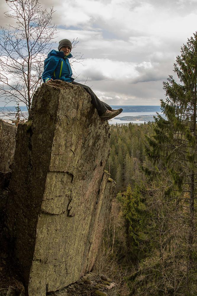 Kristian måtte oppå denne steinen. Den lente seg forsiktig ut over skaret vi fulgte ned.