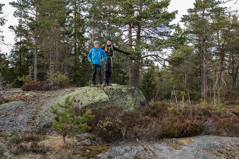 Søre Kolsås var ikke markert noen steder med varder eller andre kjennetegn. Ruslet rundt i området hvor GPS-koordinatene fra Peakbook lå inne, men kom fra til at høyeste punktet måtte ligge ca 100 meter lengre nord.