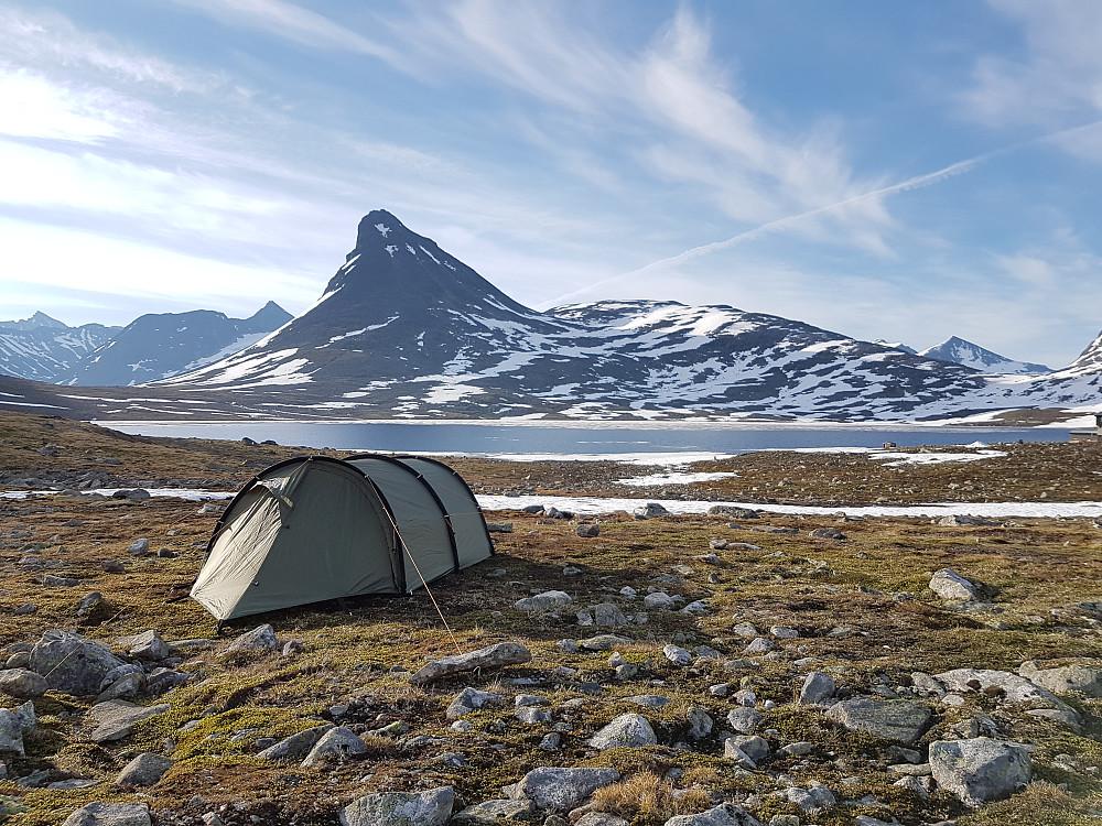 Telt ved Leirvassbu. Utsikt mot Kyrkja.