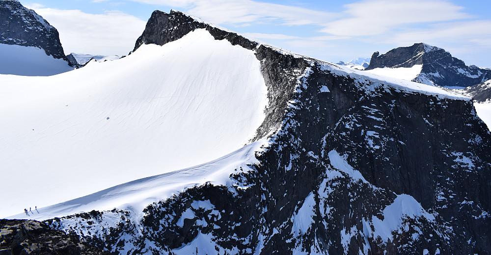 Vesle Galdhøpiggen sett fra Galdhøe. Gikk opp eggen til høyre,deretter ryggen opp mot selve toppen på 2369 meter.