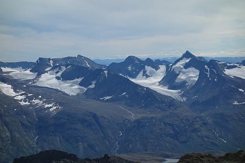 Utsikt mot fjellene sør for Gjende, Knutsholstindene lengst til høyre