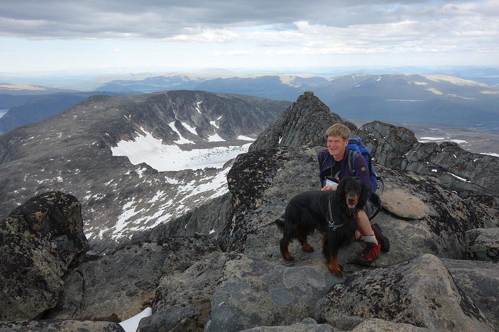 Jambo og Svein på toppen. Steinflytinden og Høgdebrotet bak.