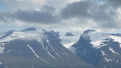 Galdhøpiggen (i sky) med Storjuvbreen til høyre