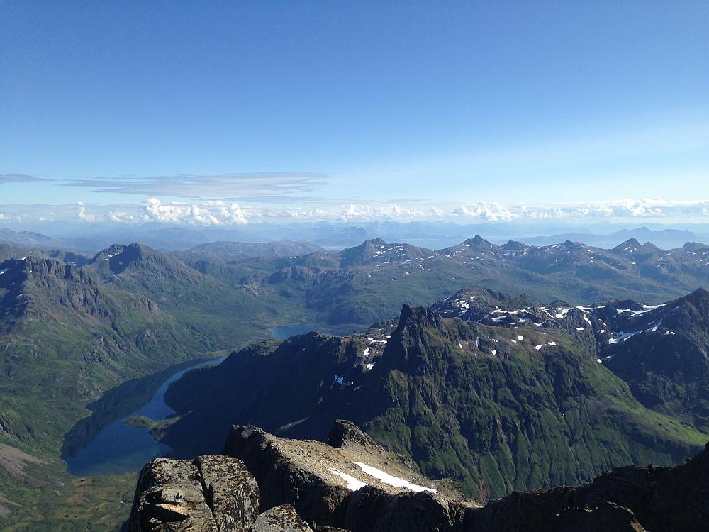 Utsikt fra toppen mot sør. Lonkanfjorden nede til venstre i bildet. Sentralt i bildet helt i horisonten den spisse toppen av Stetind!