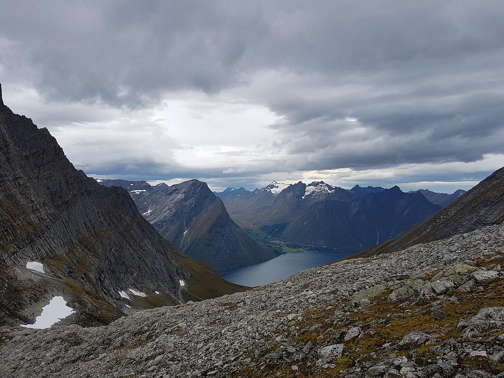 Fra bandet mellom Regndalstind og Elsandtind. Kolåstinden senter horisont