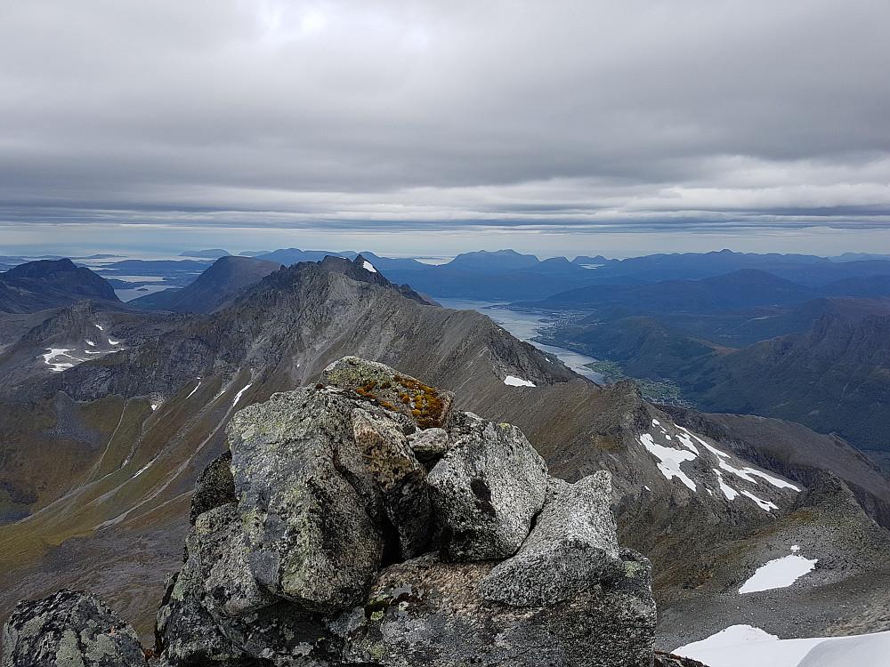 Utsikt vest. Sykkylven høyre, Ålesund skimtes ute til venstre