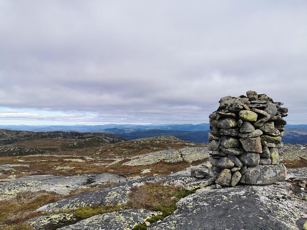 Sveinsheii. Gaustatoppen og delvis Brattefjell; i nordlig retning, skjult av skyer.