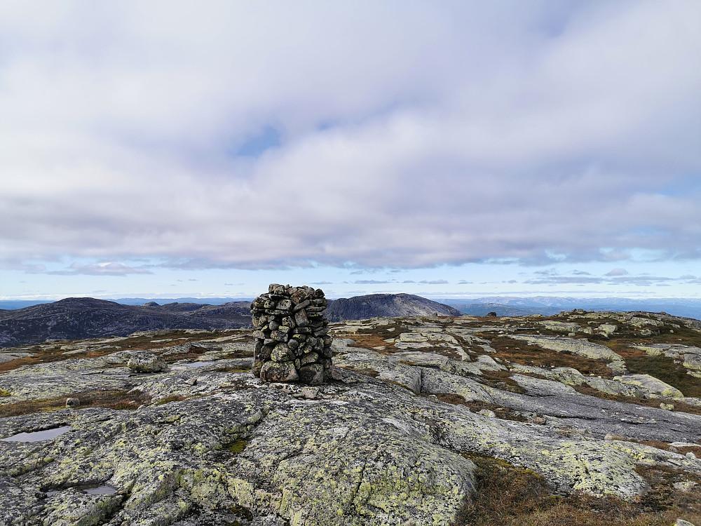 Mot vest fra Sveinsheii. Roan til høyre for varden
