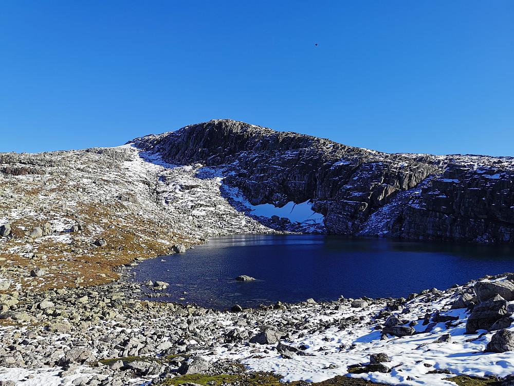 Vinteren har vært på snarvisitt. Vann 1071 moh. Holdt til venstre (nord) for markerte fjellrygg i bildet (Topp drøyt 1300 moh)