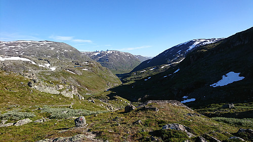 Langt der nede i dalen ligger Skogadalsbøen
