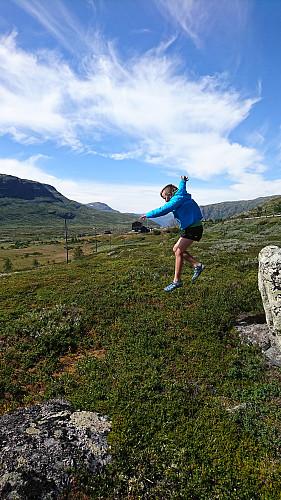 Hoppende glad etter rømmegrøt på Breistølen