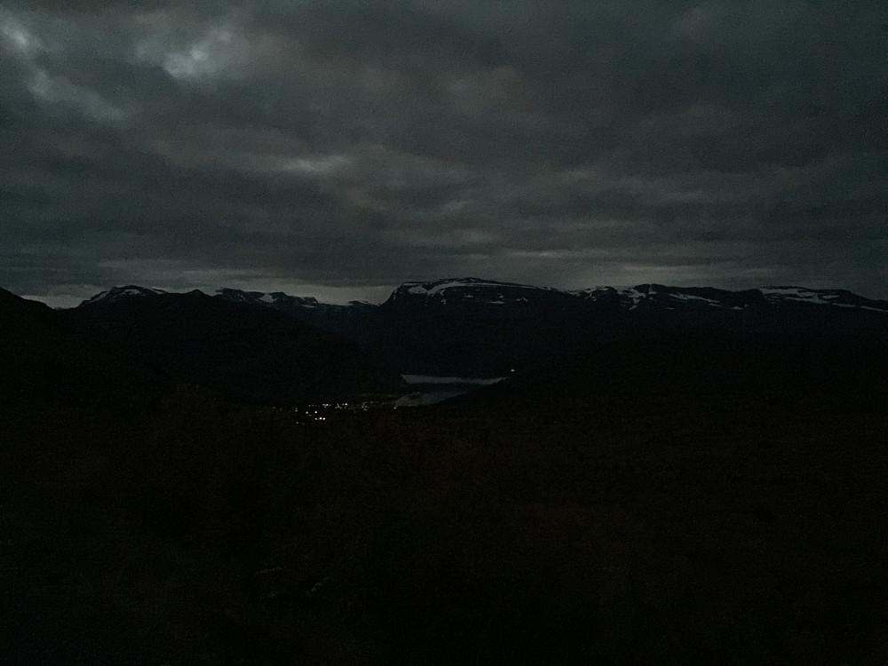 Etter hvert ser man at himmelen er i fed med å lysne litt opp. Her mot Stryn i transportetappen langs veien opp mot Holevatnet. Mobilen er ubrukelig som kamera i slike lysforhold...