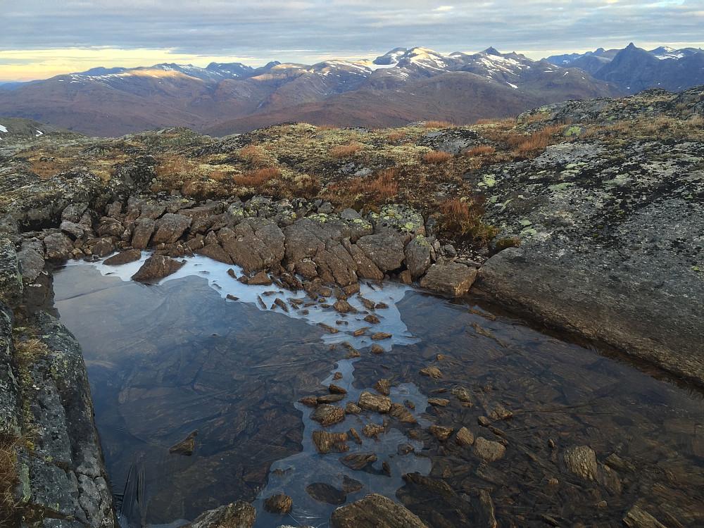 Temperaturen når man befinner seg på over 1000 moh så tidlig på dag var nok ikke mange gradene. Vannet hadde fortsatt is på seg.