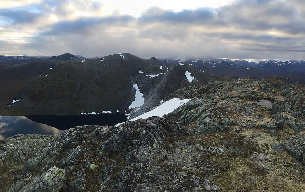 Dette bildet er fra toppen av Karifjellet. Rett frem ser man neste etappe som er Sølvberget, og her ser man at den siste toppen er en del høyere. På nordsiden her så går det bratt ned mot Natakupvatnet