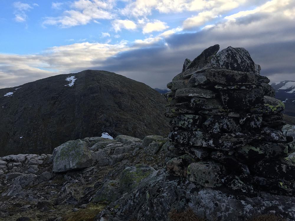 Topp 3 av 4. Sølvberget (1303moh). Her med utsikt mot den siste toppen, Natakupa (1400moh)