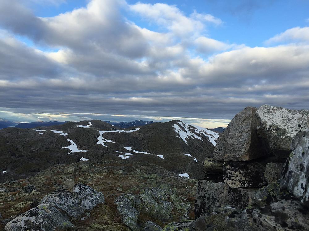 Et tilbakeblikk fra Sølvberget. Her ser man Karifjellet, så kan man skimte Holskarhornet lenger bak.