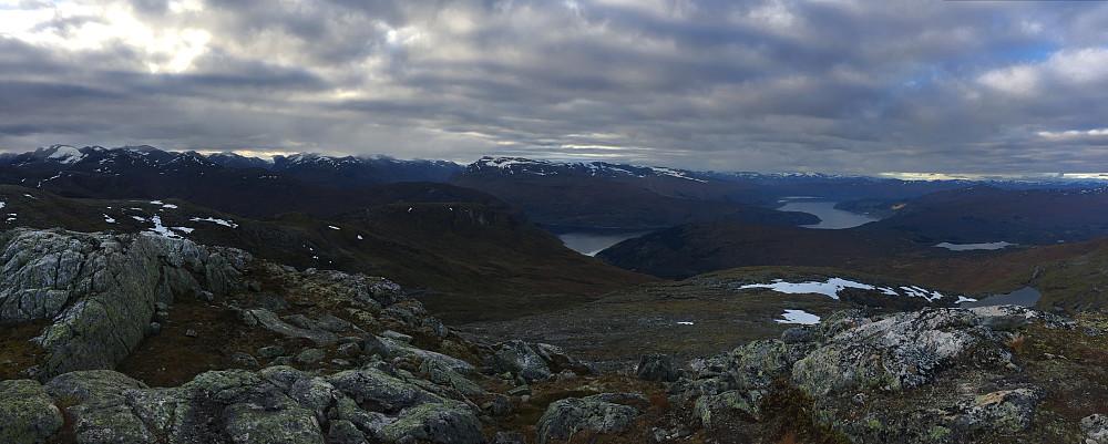 Panorama andre veien mot sør og Nordfjord. Vi ser skitrekket i Steindalen som var min returvei litt senere. Vi ser Skålatårnet til venstre i bildet og vi ser også skylaget smo sørger for at jeg ikke får sol...