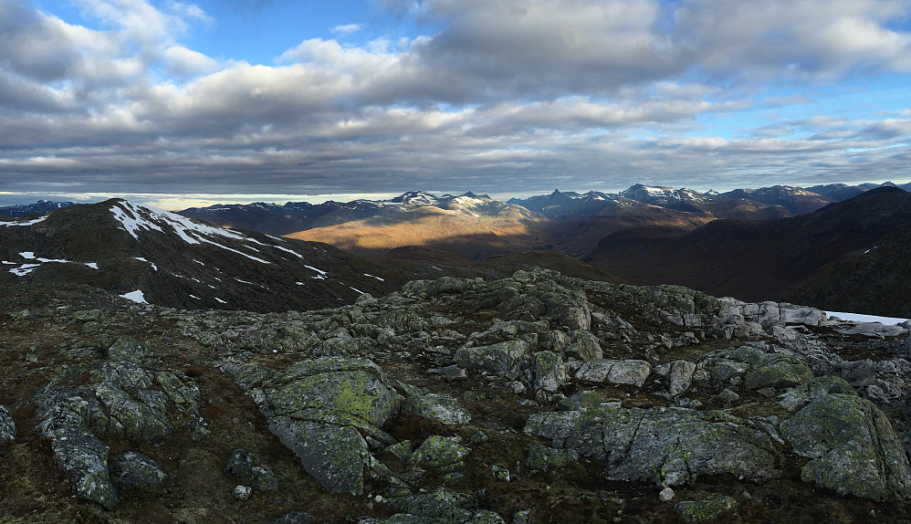 Nok et bilde i retning nord. Karifjellet til venstre i bildet.