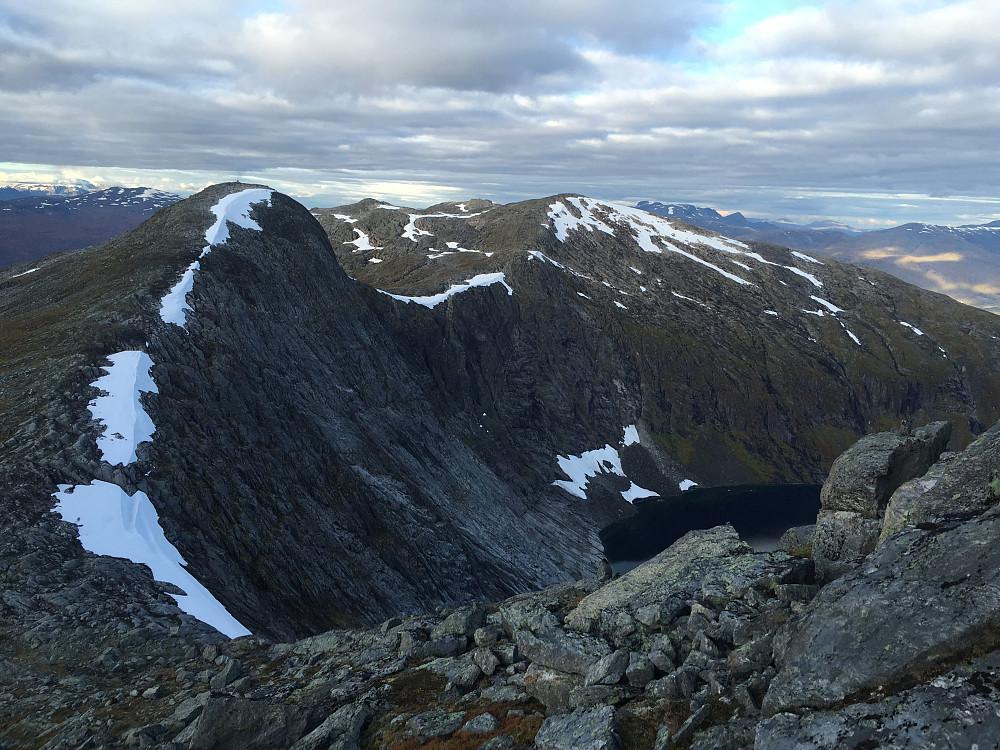 På vei opp til siste toppen ser man hvor bratt det er ned mot Natakupvatnet fra Sølvberget. Sikkert der det har fått navnet sitt, for alt jeg vet...