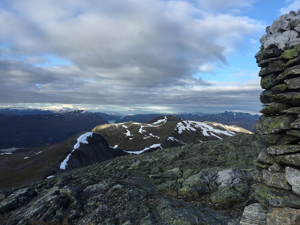 Nok et tilbakeblikk: Her ser vi alle toppene. Gulkoppen midt i bildet bakerst. Holskarhornet med sol på til høyre. Karifjellet og Sølvberget med litt snø på.