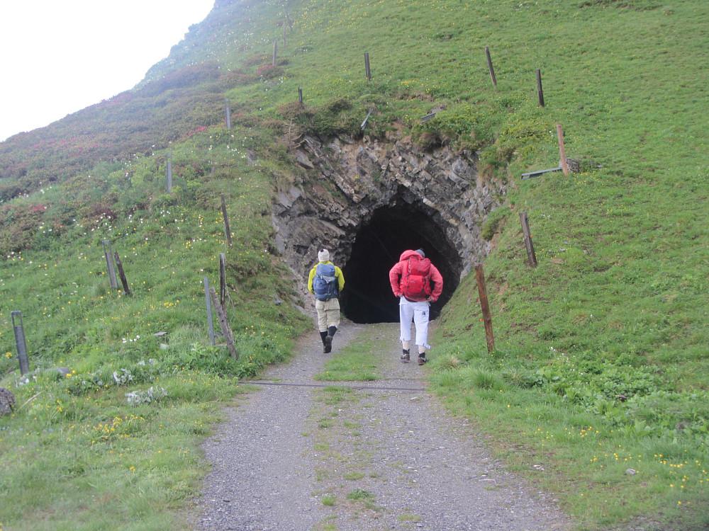 Bilvei til Ijes gjennom mørk tunnel.