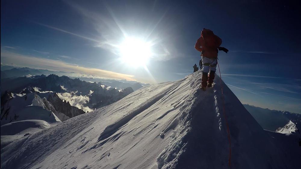 Her når vi toppen av Mont Blanc. Monte Bianco di Courmayeur kan såvidt sees nede til høyre i bildet