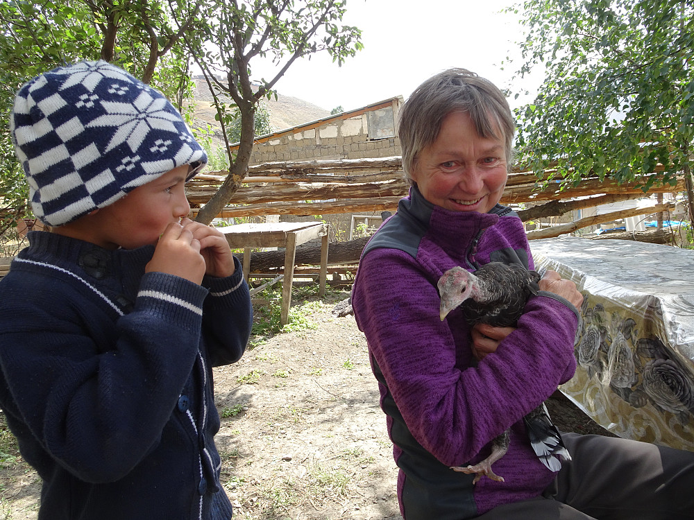 Søt liten nysgjerrig pjokk der vi bodde i landsbyen