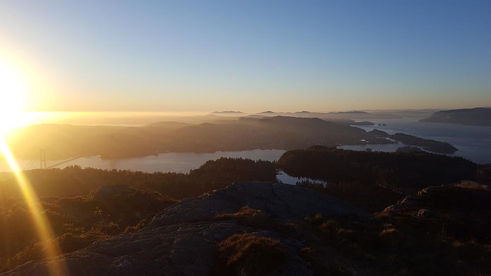 Utsikt nordover fra Skjenafjellet i Bergen mot Askøy. Askøybrua til venstre.