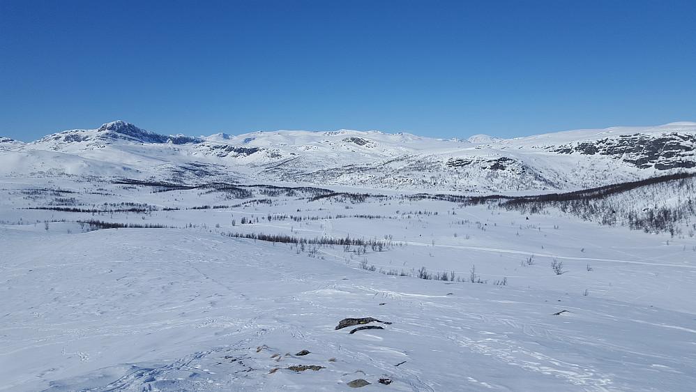 Fra Tutjednkampen mot nordvest. Bitihorn til venstre. Besshøe bakerst til høyre.