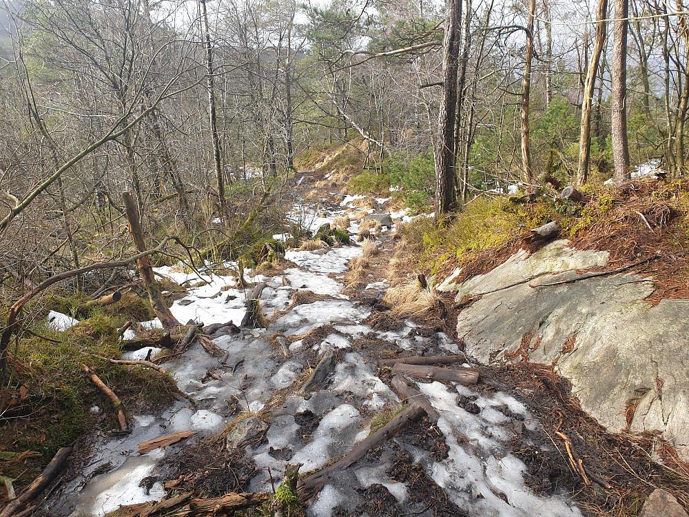 Stiene var til dels ganske isete, men det gikk greit med joggesko.