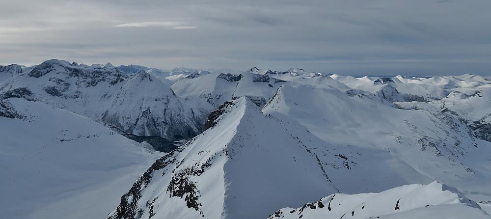 Utsikt vestover fra toppen av Litlskjorta.