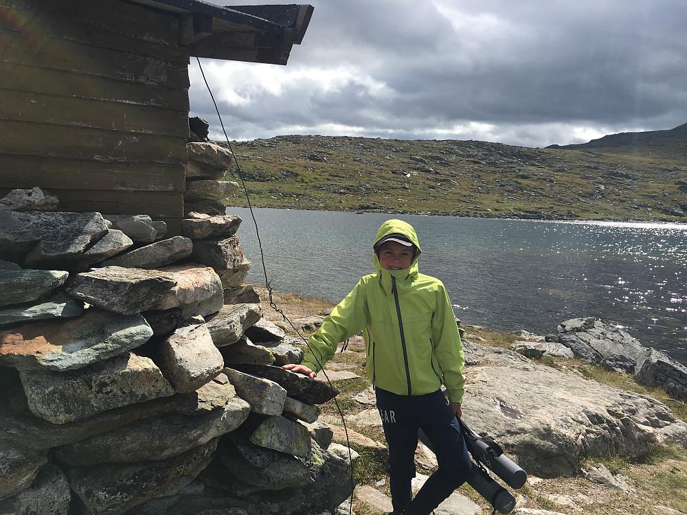 Emil klar for å prøve fiskelykken i Remtjønna. Fisken ville hverken ha makk, spinner eller flue i dag!