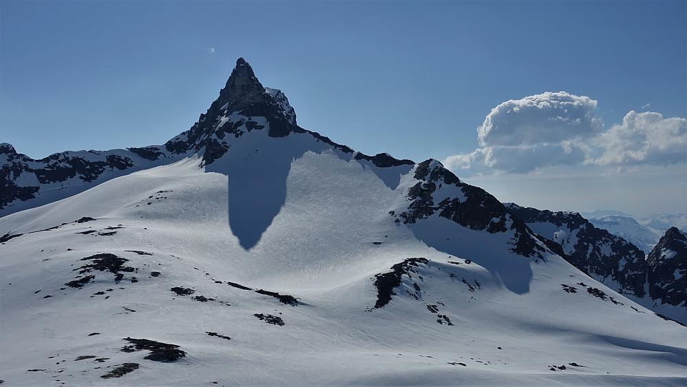 """Juratind, Bildet tatt fra Hoemskardtinden....eller også kalt """"topp sørvest for Nyheitindane""""."""