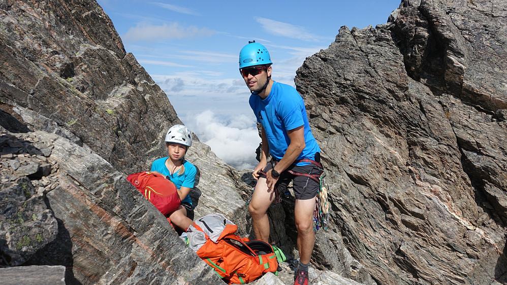 Knut Inge og Ida gjør seg klar til litt brattere terreng oppi skaret hvor renna kjem opp.