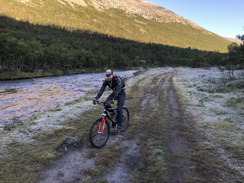 Rimfrost på vei inn til Grøvudalshytta. Vi valgte å sykle. Om det går vesentlig mye raskere enn å småjogger er ikke sikkert, men avlastet beina litt ihvertfall. HP fikk selvsagt havari rett etter bilde ble tatt.