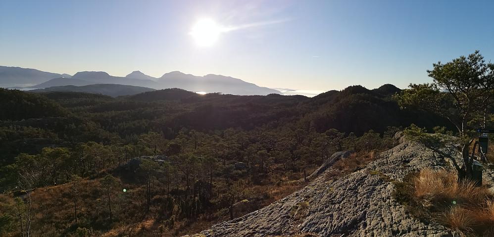Utsikt mot syd med noen av Rosendals fjellene.