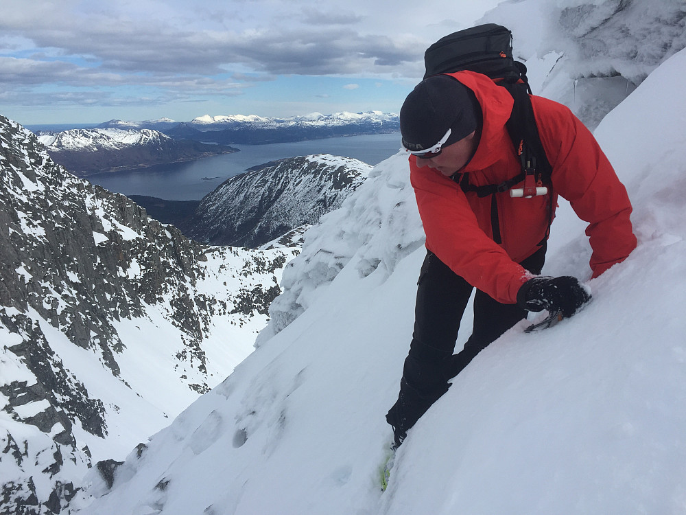 Pauli på veg ned i skaret mellom de to toppene på Blåskjerdingen